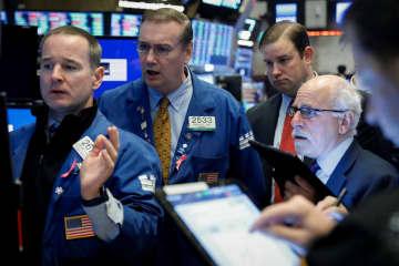 ニューヨーク証券取引所のトレーダー=(ロイター=共同)