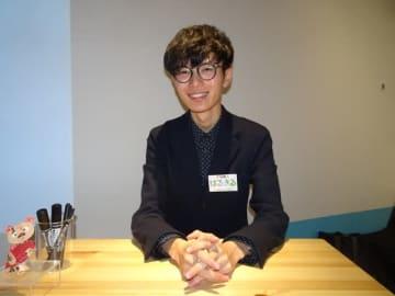 東京での初個展を開催した「空箱職人はるきる」さん。神戸から上京できる日程で来場者と交流している=都内の池袋パルコ