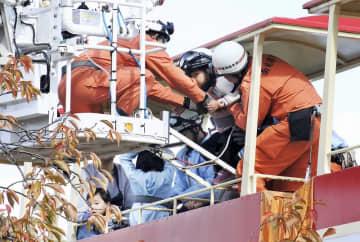 高さ約4メートルの軌道上で停止したモノレールから救出される乗客=11月4日午前11時55分ごろ、福井県越前市武生中央公園