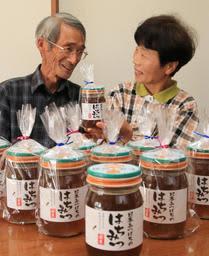 """ニホンミツバチの養蜂に挑戦してきた佐々木巧さん(左)。過去にない""""豊作""""に妻の澄子さんとほくほく顔=太子町"""