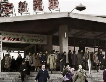 通勤客らで朝夕は混雑していた豊平駅=1964年