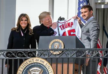 トランプ大統領にユニホームを贈るナショナルズのジマーマン内野手(右)=ワシントン(UPI=共同)
