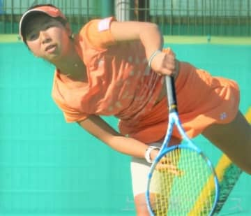 女子18歳以下シングルス決勝 強烈なサーブを決める山口=ALSOKぐんまテニスコート