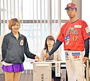 期日前投票に臨んだ(左から)KAEDEさん、大河原選手