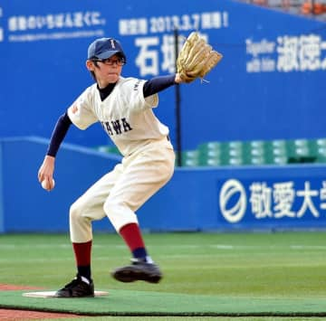マリンスタジアムで力投する小学6年生当時の佐々木投手=2013年12月(リアスリーグ実行委員会提供)