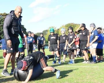 子どもたちを指導する中島イシレリ選手(左端)=千葉市稲毛区の千葉県総合スポーツセンター
