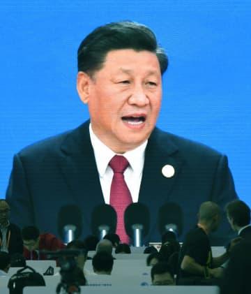 プレスセンターの大画面に映し出された「中国国際輸入博覧会」で演説する中国の習近平国家主席=5日、上海(共同)