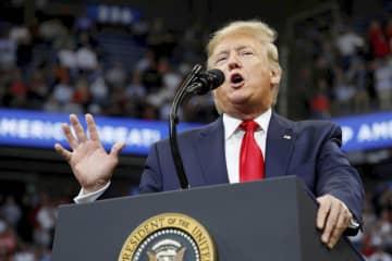 米ケンタッキー州の選挙集会で演説するトランプ大統領=4日(ロイター=共同)