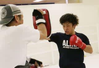 晃貴は元ボクサーの佐々木とのパンチ対決を意識しパンチ中心のミット打ちを披露(C)M-1 Sports Media
