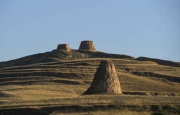 遠望する雄大な明代の長城 内モンゴル自治区