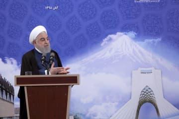 5日、イランの首都テヘランで演説するロウハニ大統領(イラン大統領府提供、AP=共同)