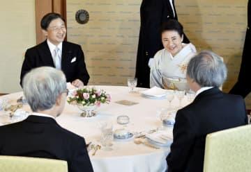 文化勲章受章者と文化功労者を招き懇談される天皇、皇后両陛下=5日午後、宮殿・連翠(代表撮影)