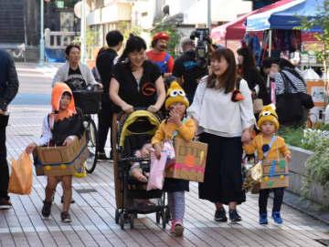 さまざまに仮装した子ども連れらが駅周辺の商店を巡り、プレゼントを受け取った「ハロウィンジャック」