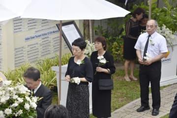 タイ南部プーケットで、献花する遺族ら。左から3人目は、小島芳美さん=5日(共同)