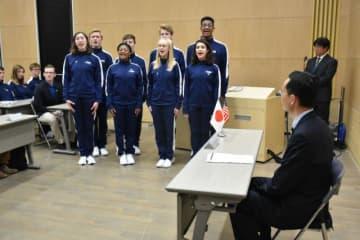 原田副市長を表敬訪問し、美しい歌声を披露したバージニア州立芸術学校の生徒ら
