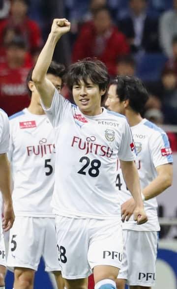 浦和―川崎 前半、先制ゴールを決め喜ぶ川崎・脇坂=埼玉スタジアム