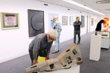 地元作家の多彩な作品が並んだ県美術家協会展