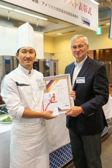 カルローズ料理コンテストで金賞に輝いた佐々木優樹さん(左)=東京都