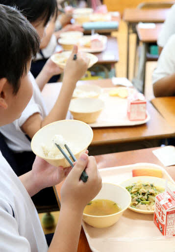 給食を食べる広島市立小の児童。「会話を楽しんで食べる」のが理想だが…(撮影・川村奈菜)