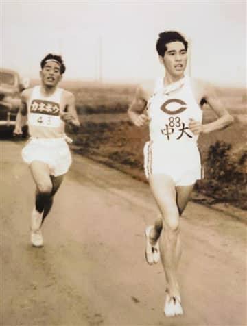 金栗足袋をはいて駅伝を走る中央大時代の田邉定明氏(右)=1953年撮影(玉名市立歴史博物館提供)