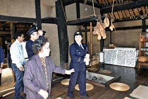 火災警報器や消火器などの設置状況を入念に確認した緊急査察=会津若松市・旧滝沢本陣