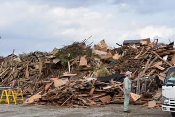 災害が相次ぎ、住宅廃材などが仮置き場に山積みされている=10月31日、市原市福増クリーンセンター