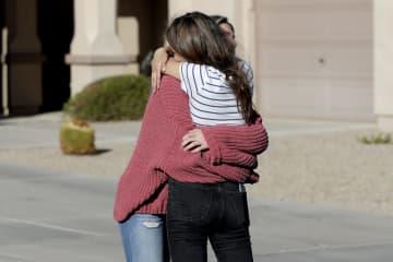 メキシコでの襲撃事件を受け、抱き合う被害者の親戚ら=5日、米西部アリゾナ州(AP=共同)