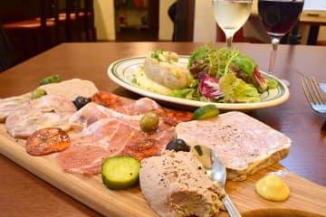 手前から、お肉屋さんの前菜盛り合わせ5種1980円、豚もつのソーセージ1480円(いずれも税別)、ワインも充実