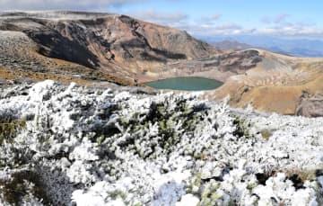 霧氷でうっすらと雪化粧したお釜と刈田岳周辺=5日午後1時50分ごろ、蔵王連峰