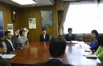 長野県須坂市への派遣を終え、活動を報告する市や市社会福祉協議会の職員ら =三浦市役所