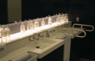 断水が発生し、トイレの手洗い用に置かれた飲料水のペットボトル=6日午前、羽田空港第1ターミナル