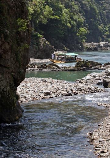 保津川を進む川下りの船(京都市右京区、2017年5月20日撮影)