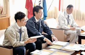 小笠原市長に活動報告する3人の派遣職員