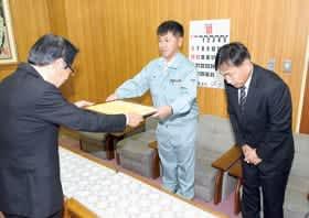武田教育長から感謝状を受け取る富士建設の関係者