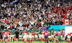 南アフリカーカナダ戦で試合後、観客席にお辞儀する両国選手=10月8日、ノエビアスタジアム神戸(撮影・大山伸一郎)