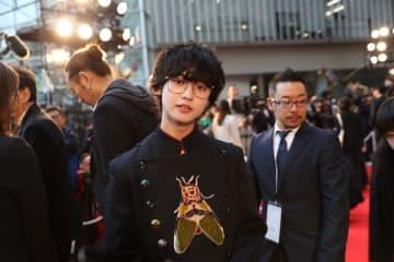 ゆうたろう、レディースのワンピースで華やかに! 三代目JSB・今市、佐藤健ら「第32回東京国際映画祭」レッドカーペットを振り返る【写真あり】