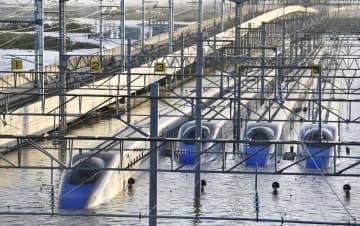 台風19号による大雨の影響で浸水したJR東日本の「長野新幹線車両センター」に並ぶ、北陸新幹線の車両=10月13日、長野市赤沼