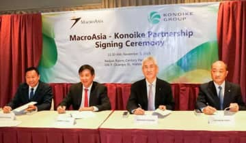 Joseph T. Chua (2nd from L), president of MacroAsia Corp., and Tadahiko Konoike (3rd from L), president of Konoike Transport Co., sign a partnership contract in Manila on Nov. 5, 2019. (Photo courtesy of Konoike Transport)