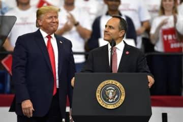 米南部ケンタッキー州での選挙集会に参加したトランプ大統領(左)とベビン知事=4日、レキシントン(AP=共同)