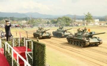戦車など自衛隊車両が行進した記念行事