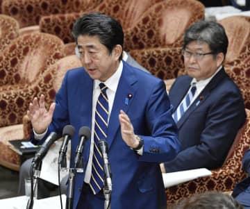 衆院予算委で答弁する安倍首相。奥は萩生田文科相=6日午後