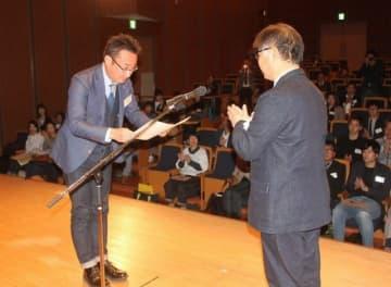 大島委員長から認定証を受け取る合格者(左)