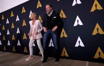 オリヴィア・ニュートン=ジョンさん(左)が、映画『グリース』で着用した衣装が2日、40万5,700ドル(約4,400万円)で落札されたことが明らかに。写真右はジョン・トラボルタさん。2018年8月にビバリーヒルズで開かれた『グリース』公開40周年の特別上映会で撮影 - (2019年 ロイター/Mario Anzuoni)