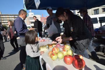 大子町の農家を支援しようと直売会でリンゴを買い求める人たち=水戸市宮町
