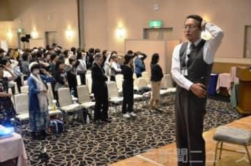 ヨガの呼吸法を紹介する木村理事長
