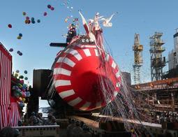 船台を滑り進水する潜水艦「とうりゅう」=神戸市中央区東川崎町2(撮影・辰巳直之)