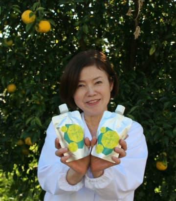 抹茶を入れたかぼすゼリーを完成させた「オレンジ農園」の片岡正子さん=杵築市中