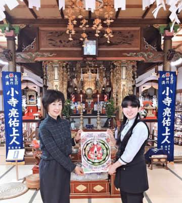 「林姫」の塗り絵を手掛けた福本めぐみさん(右)。左は住職の妻美奈子さん=多久市多久町の西ノ原大明神