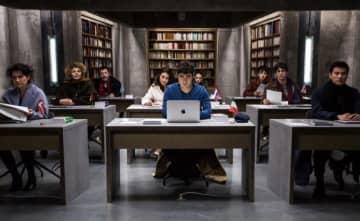 容疑者は9人の翻訳家… - (C) (2019) TRESOR FILMS - FRANCE 2 CINEMA - MARS FILMS- WILD BUNCH - LES PRODUCTIONS DU TRESOR  - ARTEMIS PRODUCTIONS