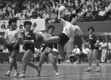 全国実業団選手権の東京重機戦で、シュートを放ち得点を決める大洋・枝尾=1971年7月